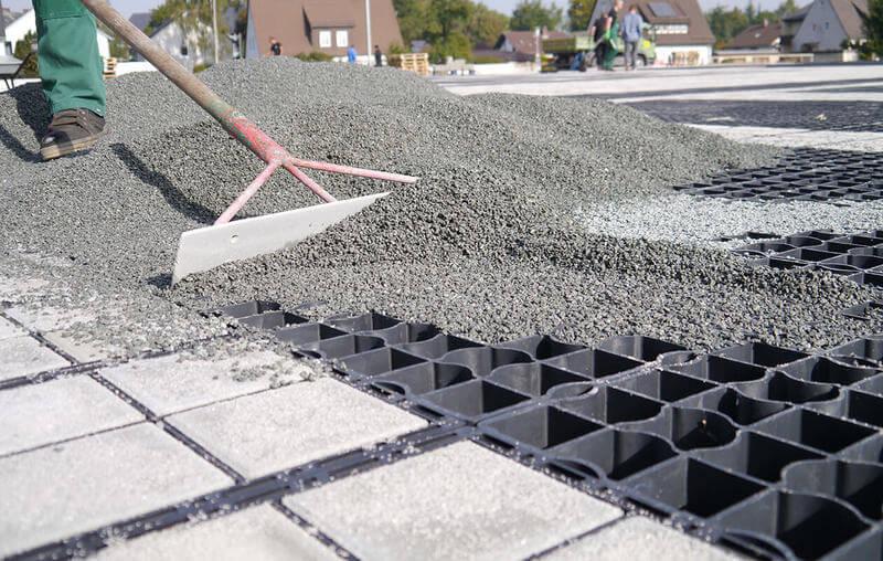 заполнение газонной решетки гранитным отсевом