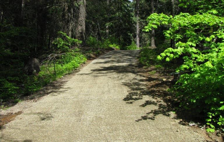 сельская дорога с газонными решетками