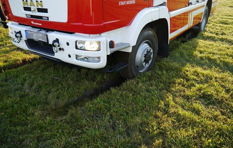 пожарная машина вязнет на влажном газоне