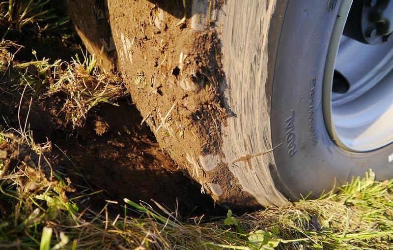 колесо пожарной техники буксует в грязи на газоне