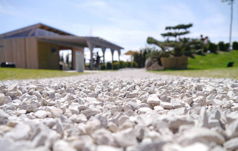 гравийная дорожка укрепленная газонной решеткой