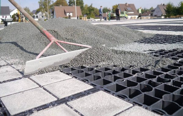 Заполнение газонных решеток щебнем