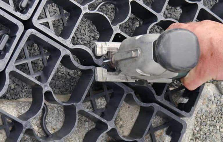 Подрезка газонной решетки перед укладкой