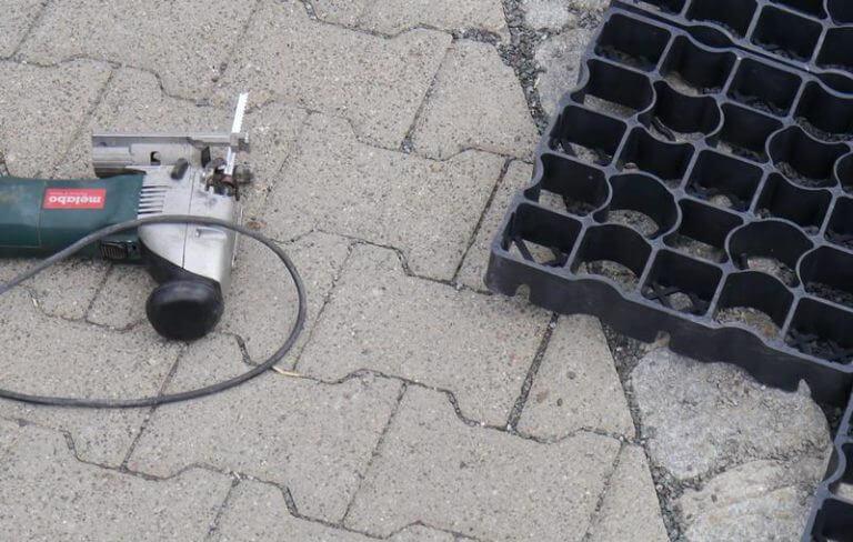 Примерка газонной решетки при укладке