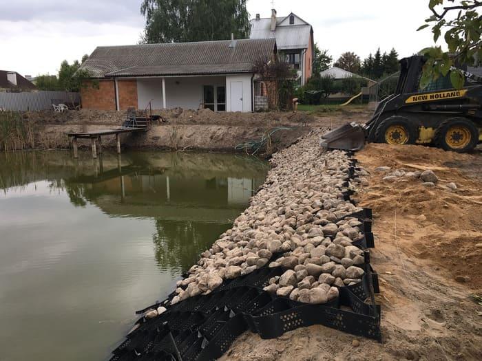 укрепление георешеткой берегов пруда