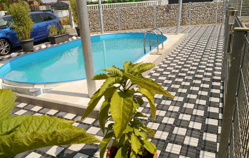 проходы из газонной решетки с бетонными вставками вокруг бассейна
