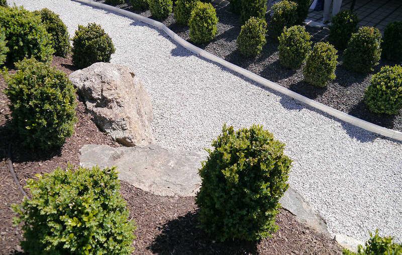дорожка на садовом участке из щебня укрепленная газонной решеткой
