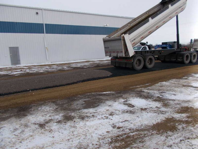 грузовик едет по пустой газонной решетке