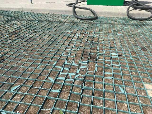Как ломаются ребра газонной решетки