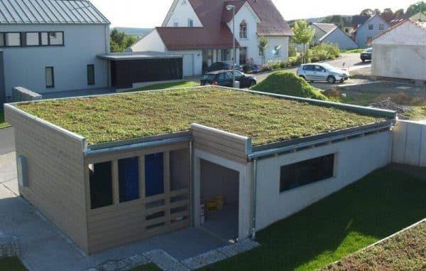 дом с плоской крышей озелененной модулями