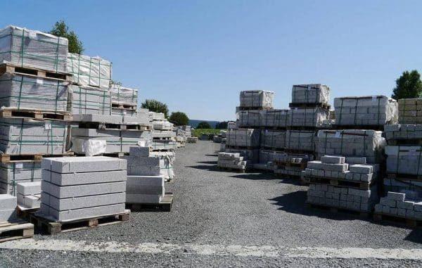 бетонные блоки на складской площадке из газонных решеток со щебнем