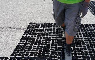 Защёлкивание замков при укладки газонных решеток