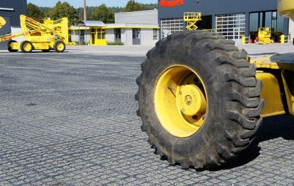 колесо погрузкика на газонной решетке