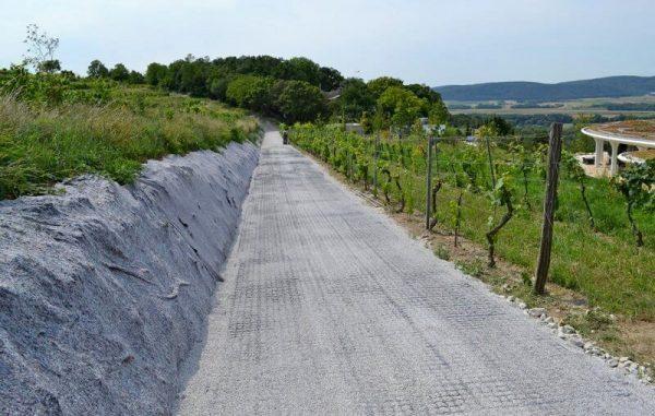 Внутренняя дорога частного виноградника