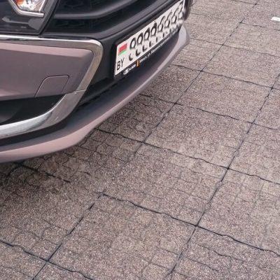 автомобиль на газонной решетке со щебнем