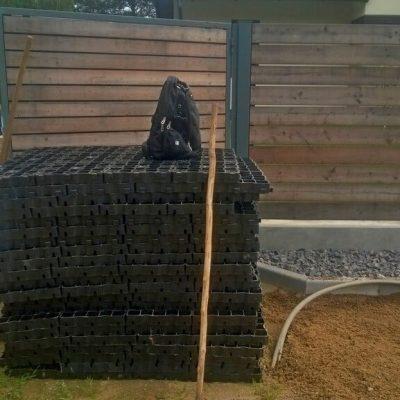 Газонные решетки у дома ждут укладки